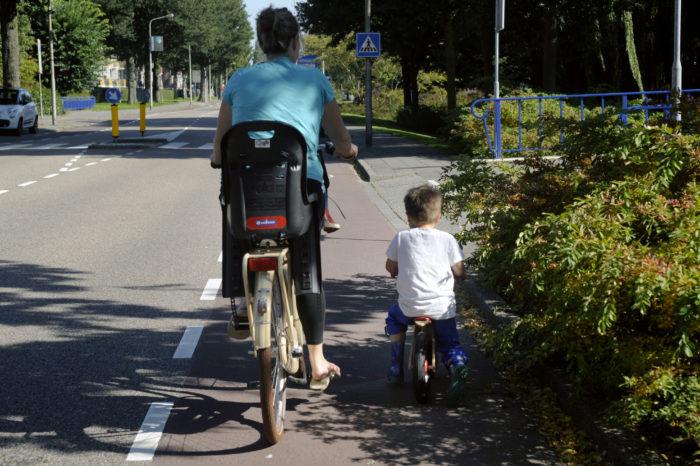 Traffic lessons alert children for silent electric car