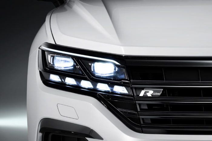 '6 out of 10 drivers think LED headlights are dangerously blinding'