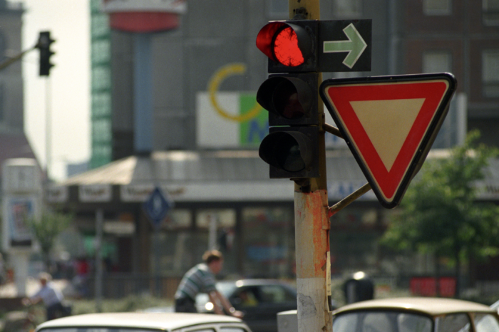 Austria will test 'right turn on red' at traffic lights