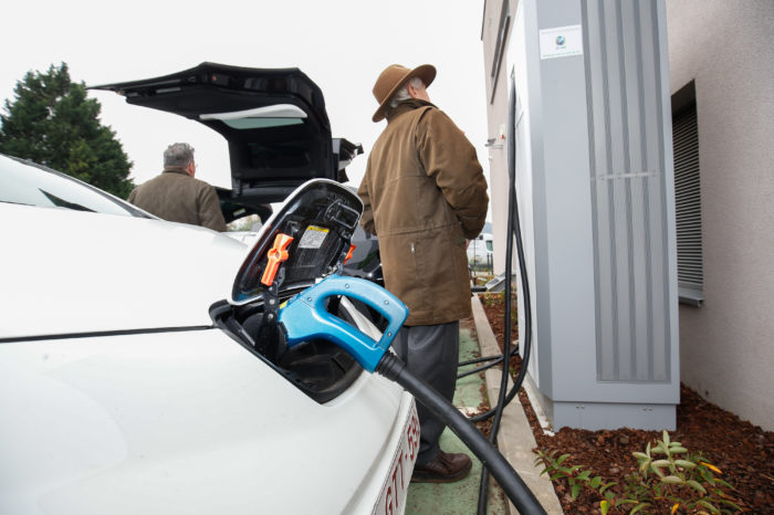Intelligent e-car charging needed to avoid grid overload