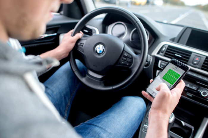 '70% of Dutch parents use smartphone while driving'