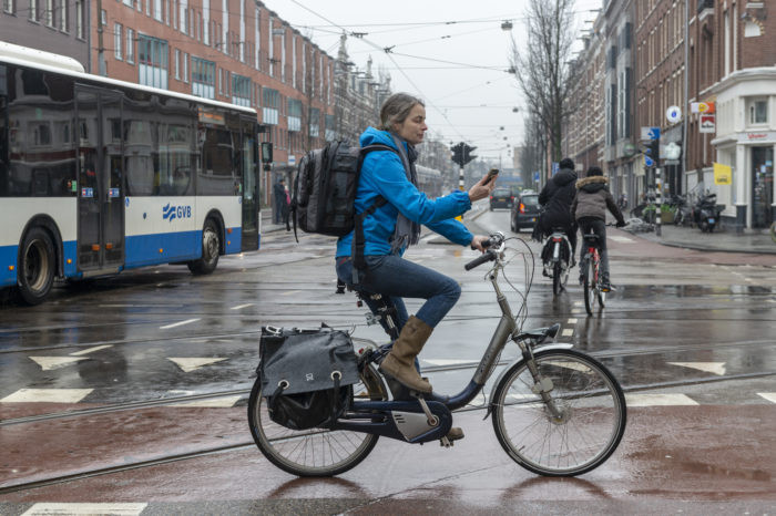 Dutch to pay 95 euro fine for cycling and using smartphone