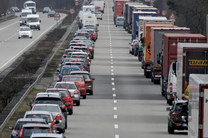 Law proposal: 'in case of traffic jam, create emergency lane'
