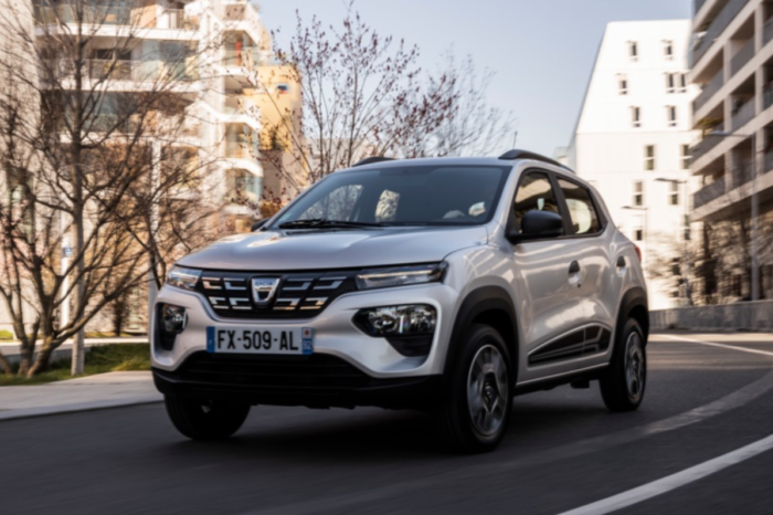 Renault sees growth again, but has worries with EVs